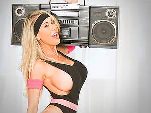 Mature Busty trainer Brandi Love holds extreme fitness training on fat dick
