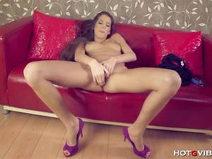 Sensual Silvie De Lux rubs her pussy and squirts